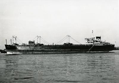M/S «Etnefjell» (b.1950) ligger for anker i ukjent havn september 1968. Foto: Norsk Maritimt Museum. Foto/Photo