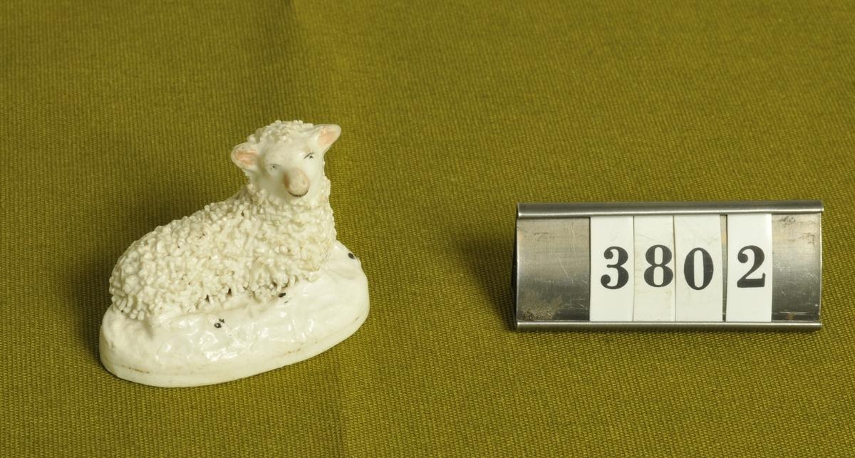 Figur i form av liggande lamm.