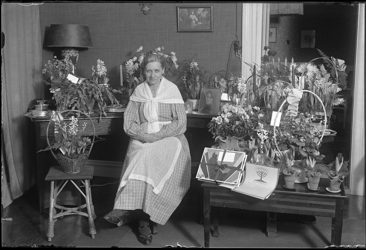 Alma Thorsell fotograferad med blommor i samband med sin 60årsdag.