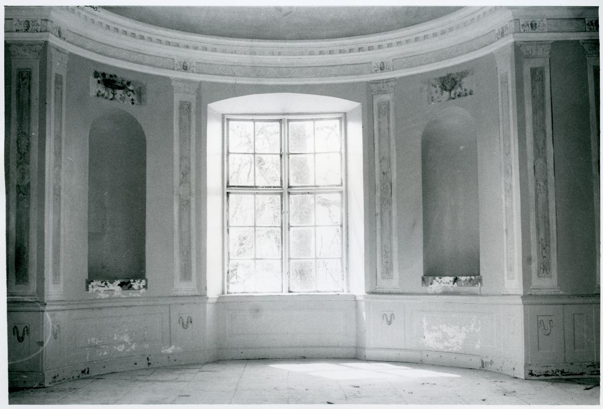 Gunnilbo sn, Färna herrgård.  Interiör av lusthuset vid Färna herrgård, de utsmyckade väggarna med nischer och fönster.