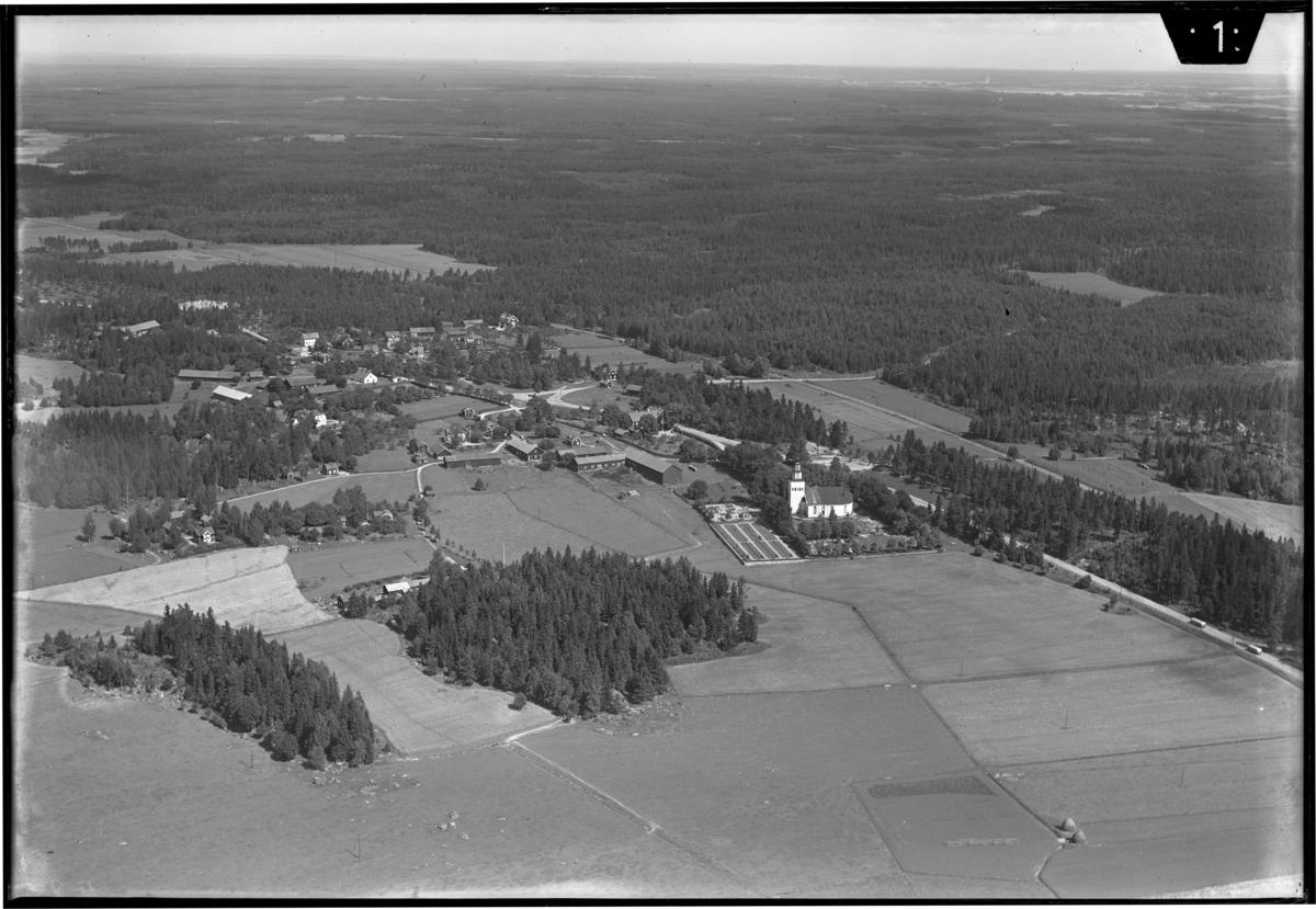 Flygfoto över Ramnäs kyrkby, med Ramnäs kyrka. Tagen av AB Flygtrafik Dals Långed.