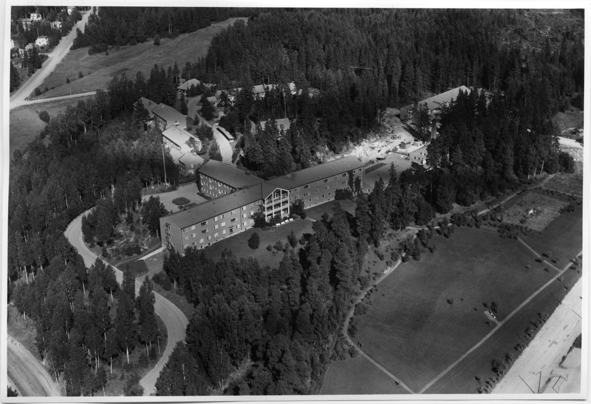 Flygfoto över Fagersta Lasarett , Fagersta. Tagen 1958 av AB Flygtrafik Dals Långed.