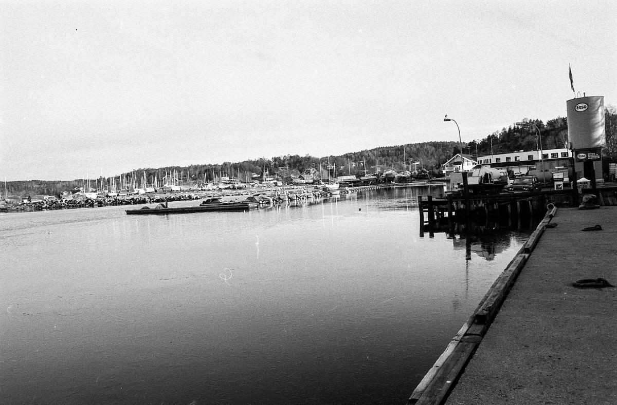 Diverse motiver fra Son sentrum, småbåthavn med marina og fine trehus. Hvite hus nedover i rekke er Son eldreboliger.