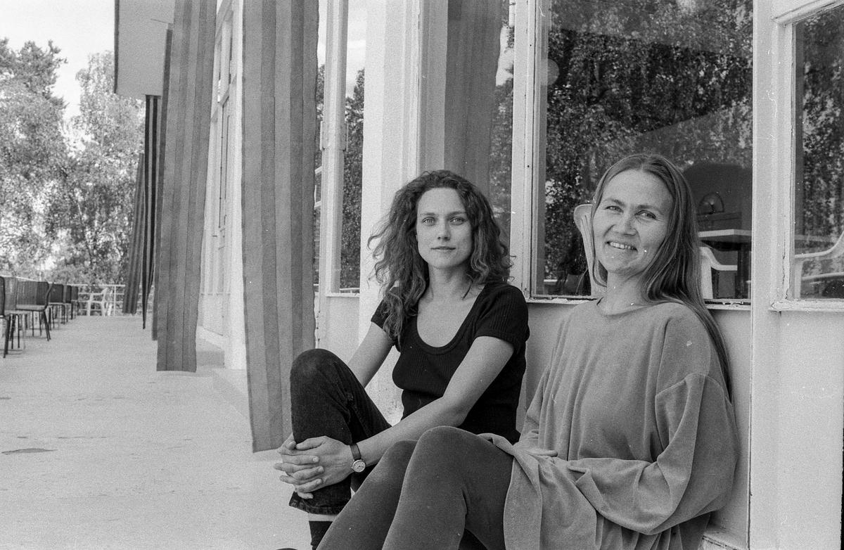 Utstilling i Den Hvite Elefant på Ingierstrand. Fra venstre: May-Bente Arnesen og Kristin S. Midtun