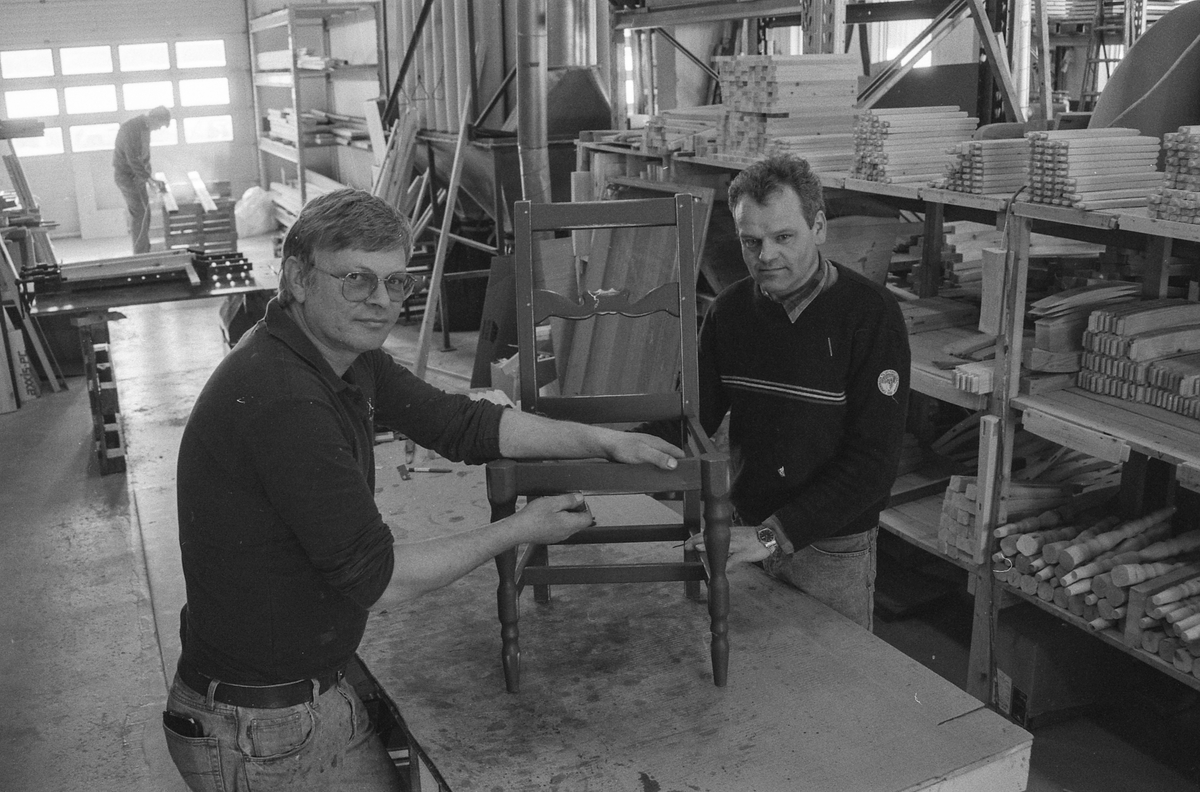 Enebakk Møbelsnekkeri A/S i Kirkebygda i Ytre Enebakk, leverer patinerte furumøbler i lokal gammel design. fra venstre: Tore Nilsen og daglig leder Arild Buer.