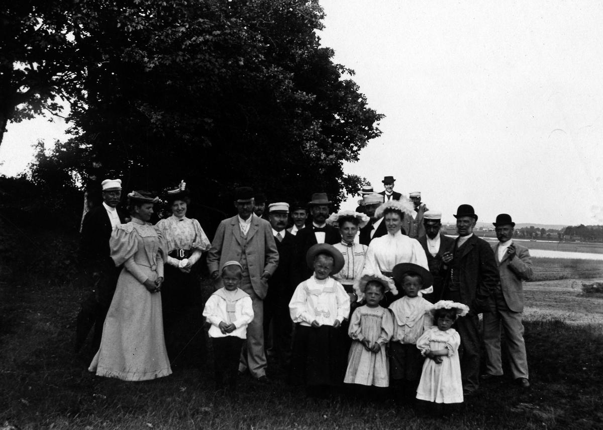 Gruppbild av Alingsåsfamiljer på utflykt.