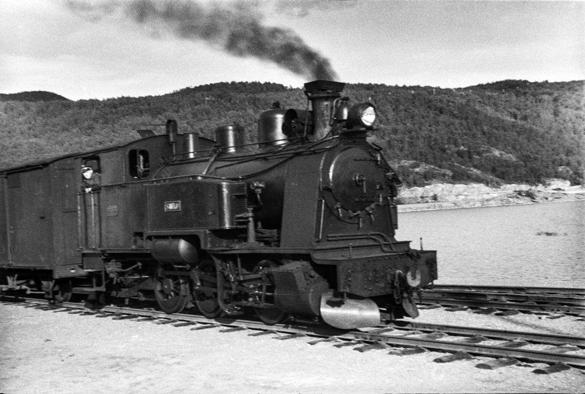 Sulitjelmabanens damplokomotiv SAULO med blandet tog på Finneid stasjon.