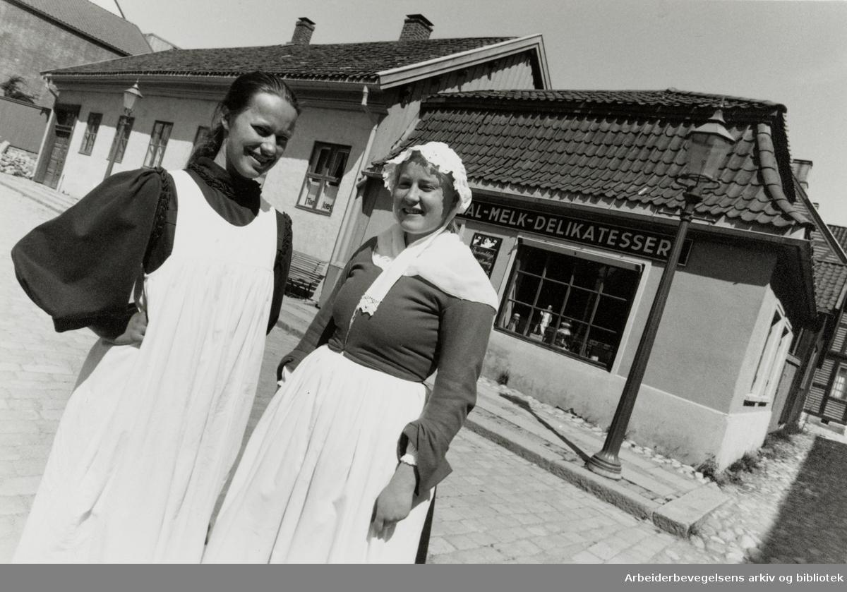 Bygdøy Folkemuseum. Eksteriør. Fra v.: Ingrid Johnsen og Solveig Solem foran en kolonialforretning. 13. juli 1993
