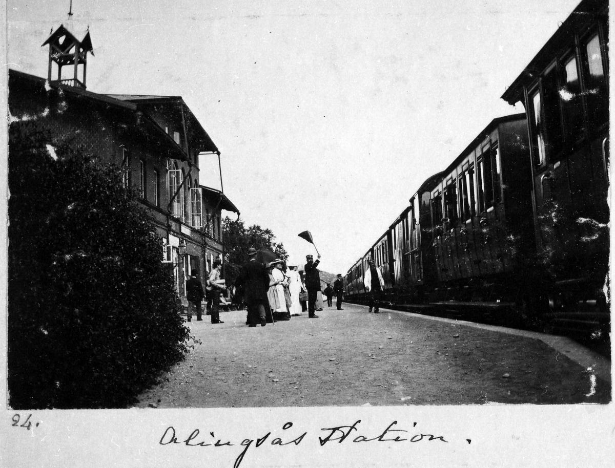 Alingsås järnvägsstation, i bildens mitt vinkar stationsinspektör Wikström av tåget.