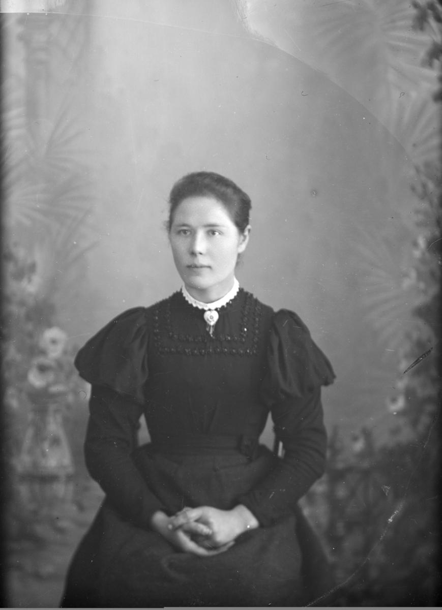 Portrett, brystbilde, Gundhild Brenden