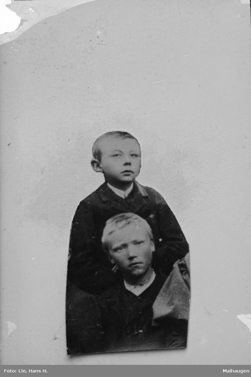 Repro. Utklipp av to barn. Lærer Paul Nygaard sin kopi