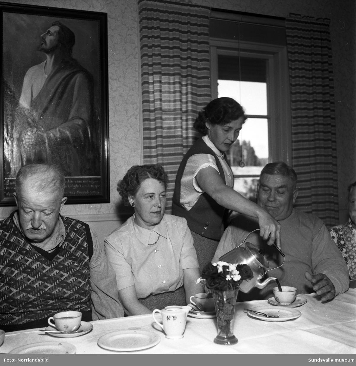 Folkpartiets ungdomsförbund har kaffebjudning för de äldre.