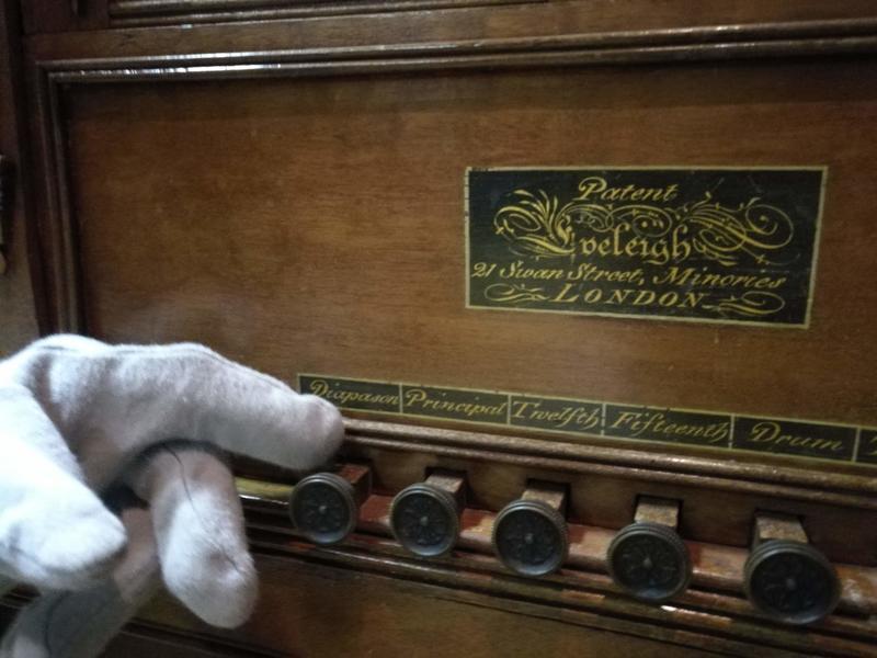 Dette dreiepositivet har fire ulike klanger og hadde 16 ulike toner i registret. I tillegg kan du velge om du vil ha lyden av tromme og triangel. Når du trekker i knottene får du lyden av et helt orkester. Her hadde man muligheten til hygge på en lørdag kveld! Foto Ringve Musikkmuseum