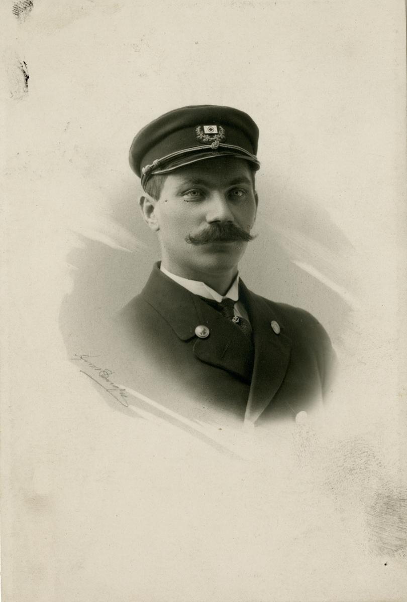 Portrett av Julian Karlsen, fører av R/S 25 'Namsos' (b.1911)(AS Brødrene Marcussen, Lyngør)