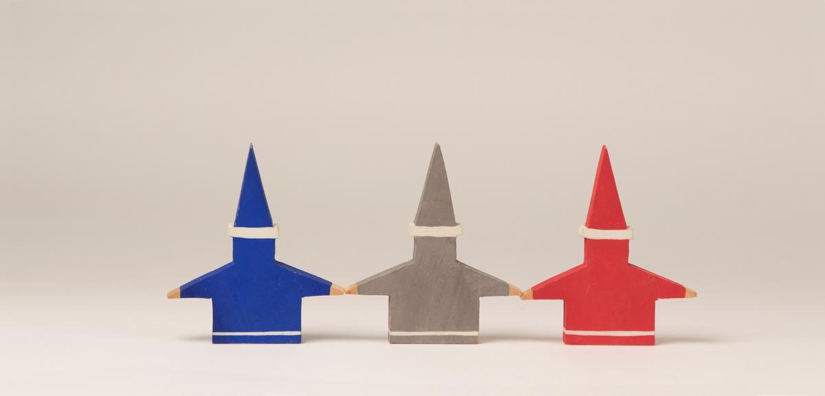 Figurer, 3 st, av trä föreställande tomtar, bemålade. Tomtarna har platt kropp (torsoformad) med armar utsträckta åt var sida. På huvudet en platt upprättstående luva. Pris: 90 öre/st  JM 39624:1, tomte, blå, vit JM 39624:2, tomte, röd, vit JM 39624:3, tomte, grå, vit