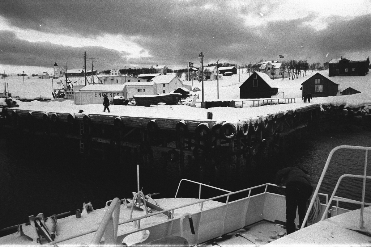 Kaia på Engenes, fotografert fra hurtigbåt.