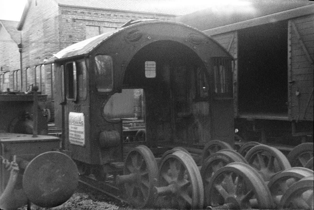 Utrangert damplokomotiv type 33a nr. 299 under opphugging på Kronstad verksted ved Bergen.