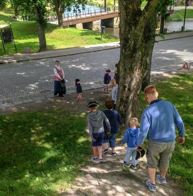 Barnevandring i gamlebyen. Foto/Photo
