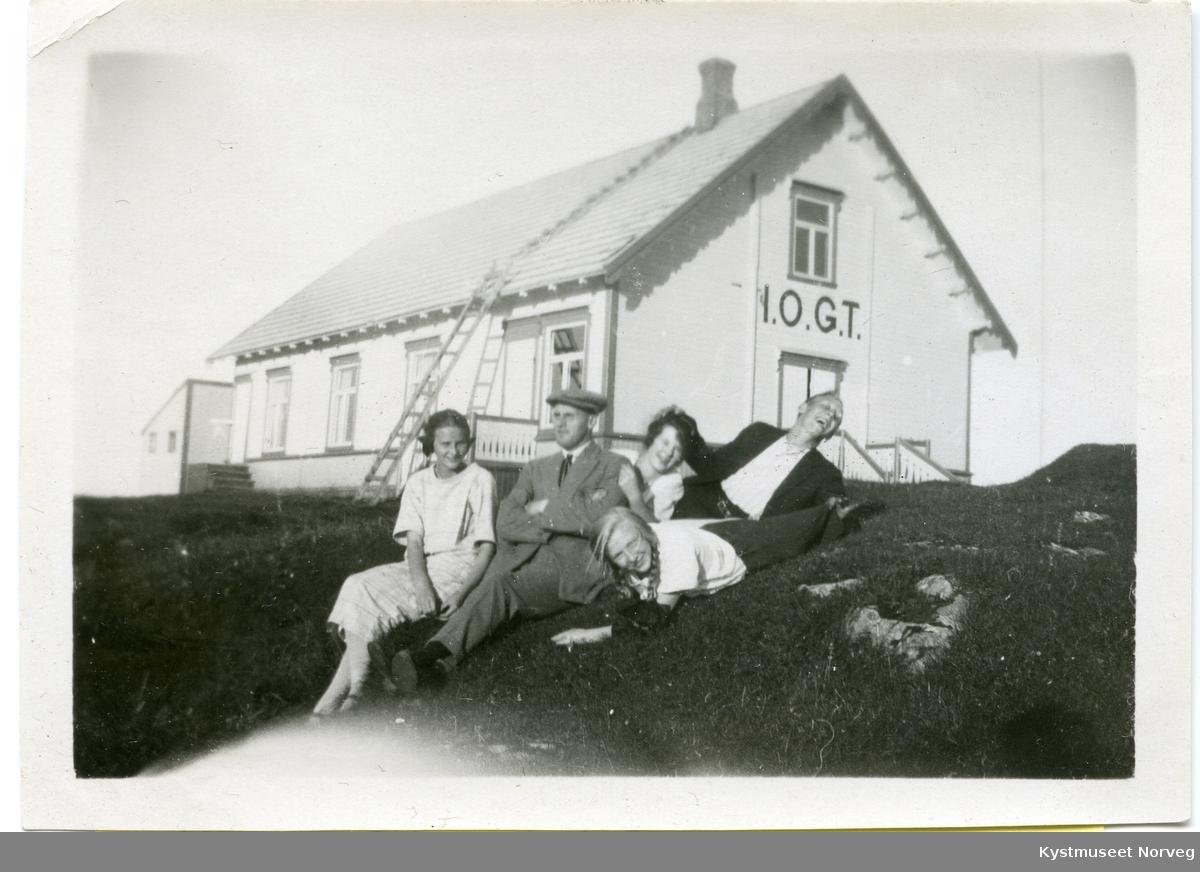 Rørvik, Inger Johannesen i hvit kjole,  Evald Nordli, Alfhild Pettersen, Sigurd Pettersen og ukjent