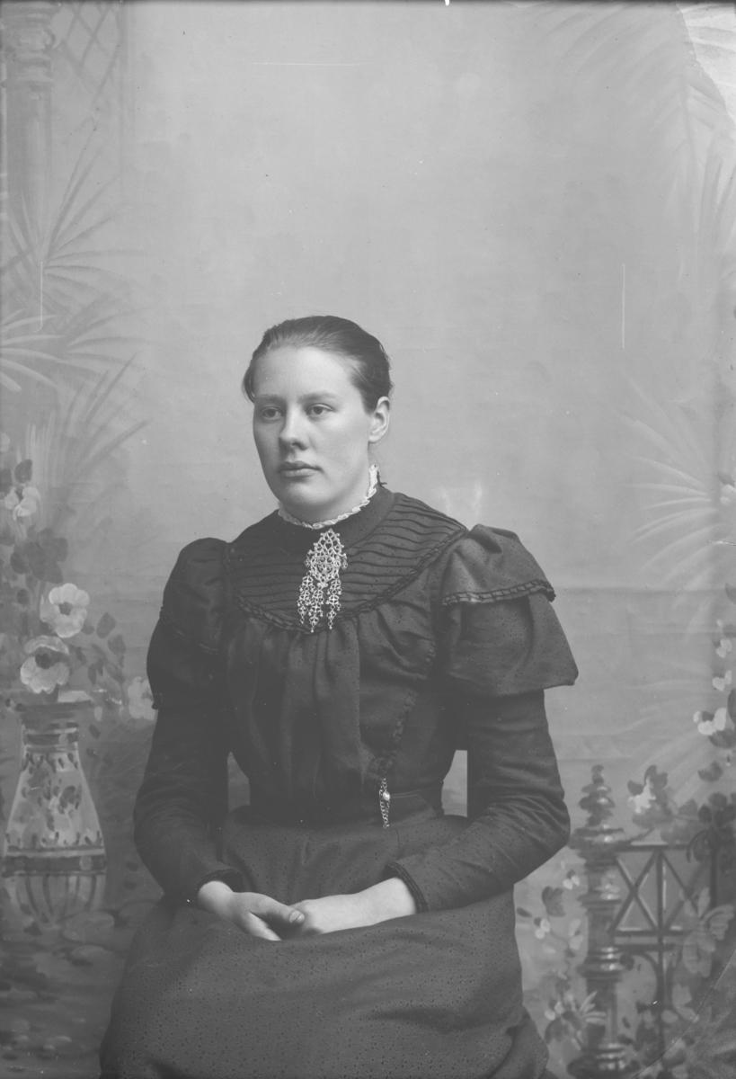 Portrett, brystbilde, Ragnhild Haugen