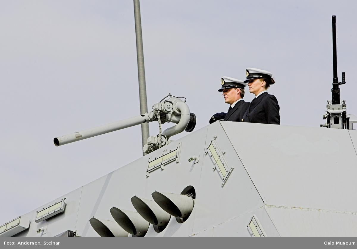 Konger, parade, uniform, marine, båt, sikkerhetsvakter, politi, bil, rød løper, militær, medlajer, tilskuere, presse, media, kvinne, mann,
