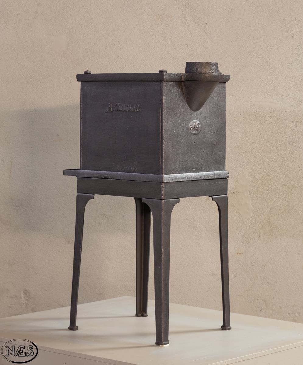 Liten en etasjes firkantet ovn med kokering på toppen.