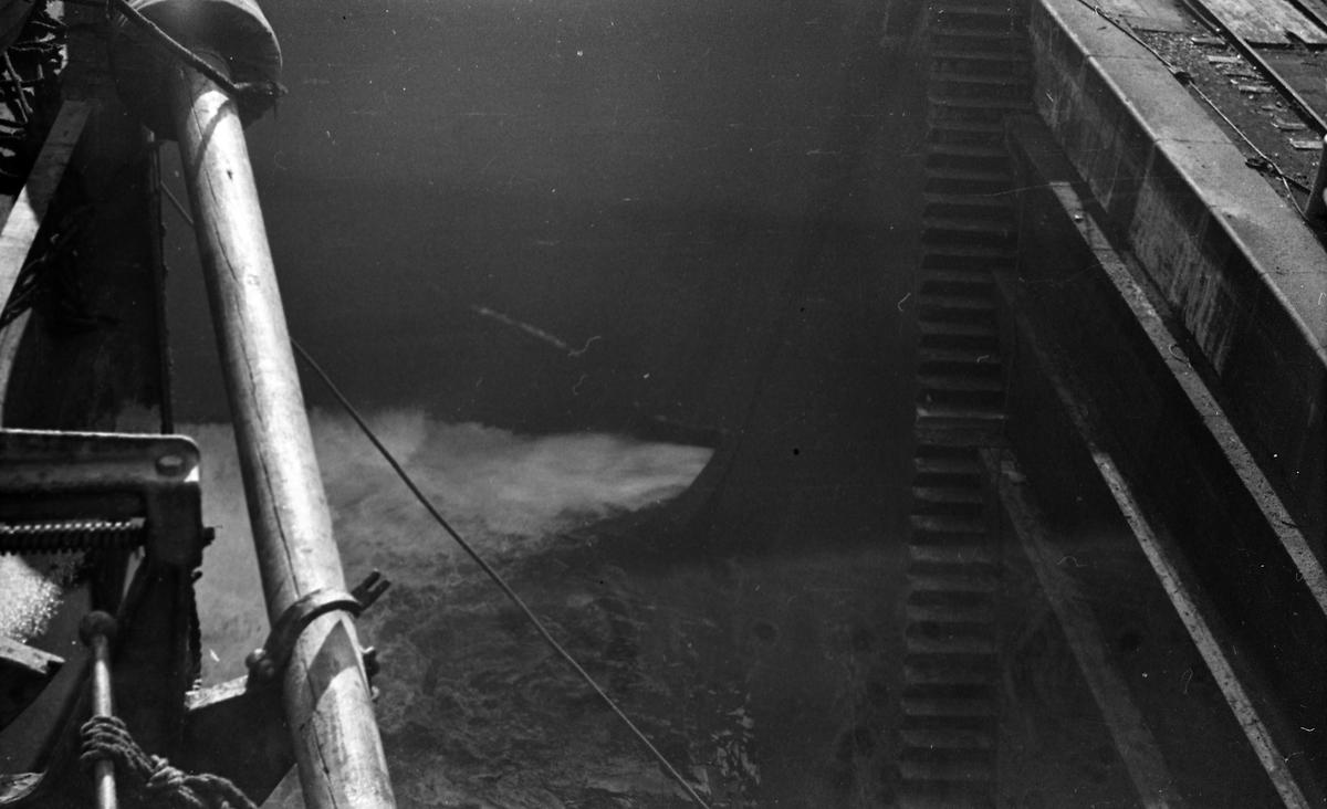 Vannet strømmer inn i tørrdokken. Suderøy klargjøres til avgang.