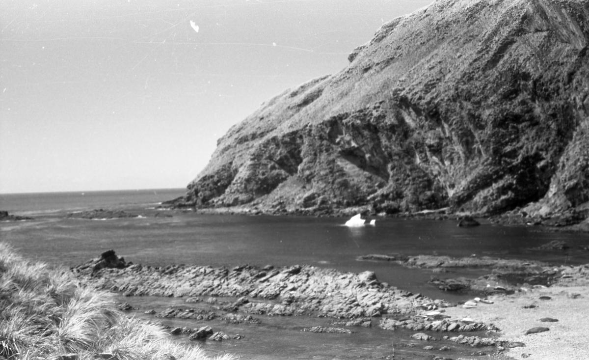 Kystlandskap og sjø. Suderøy på vei til fangstfeltet.