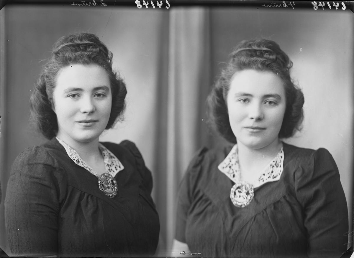 Portrett. Ung mørkhåret kvinne i mørk kjole med hvit krage. Brosje i front. Bestilt av Erna Viksø. Smørsund.