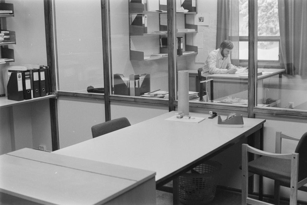 Bleikvassli skole Januar 1978.  Undervisningsinspektør Reidar Gullesen i sitt kontor i nybygget.