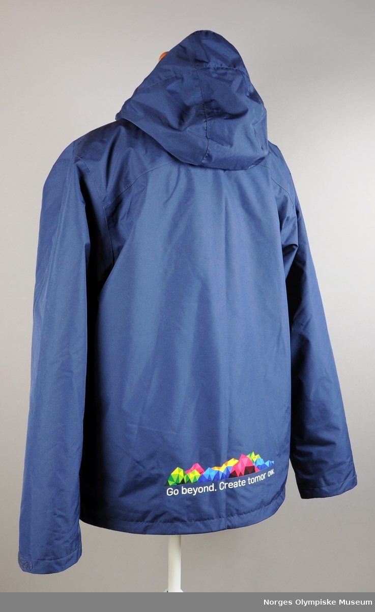 ab3fd3d6 Mørkeblå jakke med logo for Ungdoms-OL 2016 på høyre og produsentens logo  på venstre