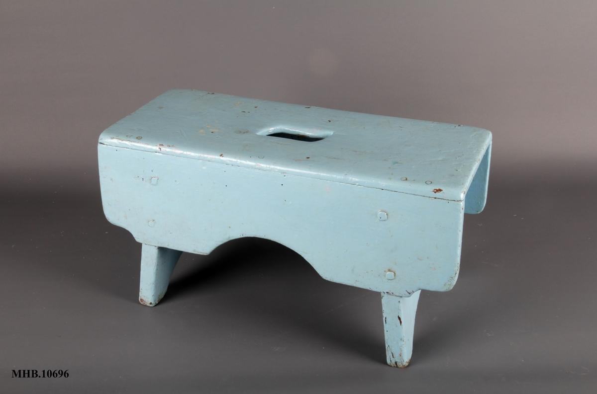 Form: Rektangulært sete med hull i midten.