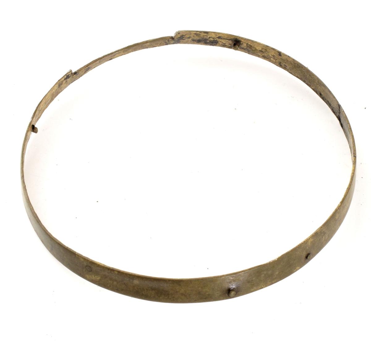 """Messingring,  beslag til kikkert (?).  """"Fredensborg""""  Et ca. 3 cm. stykke er smalere i bredden enn resten av ringen, har en innskjæring. På innsiden små messingskruer."""