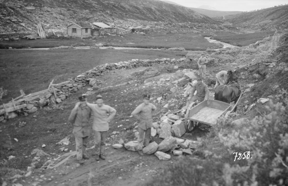 Soldater på veiarbeid på Solliaveien.