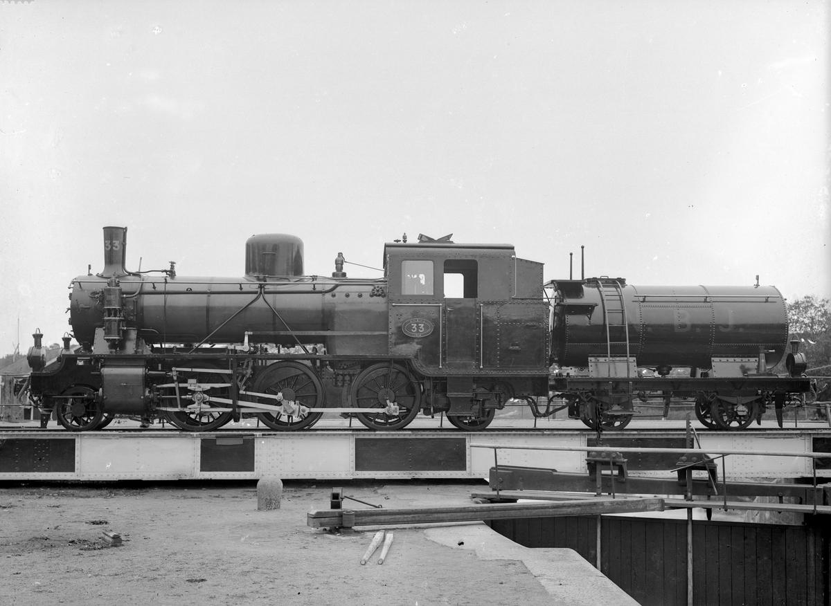 NBJ lok 33. Leveransfoto. Loket tillverkades av Motala Verkstad, tillverkningsnummer 528. Skrotades 1955.