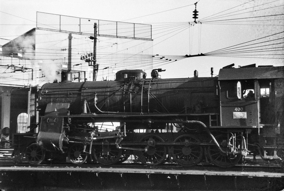 Damplokomotiv type 31b nr. 400 på svingskiven på Voss stasjon.