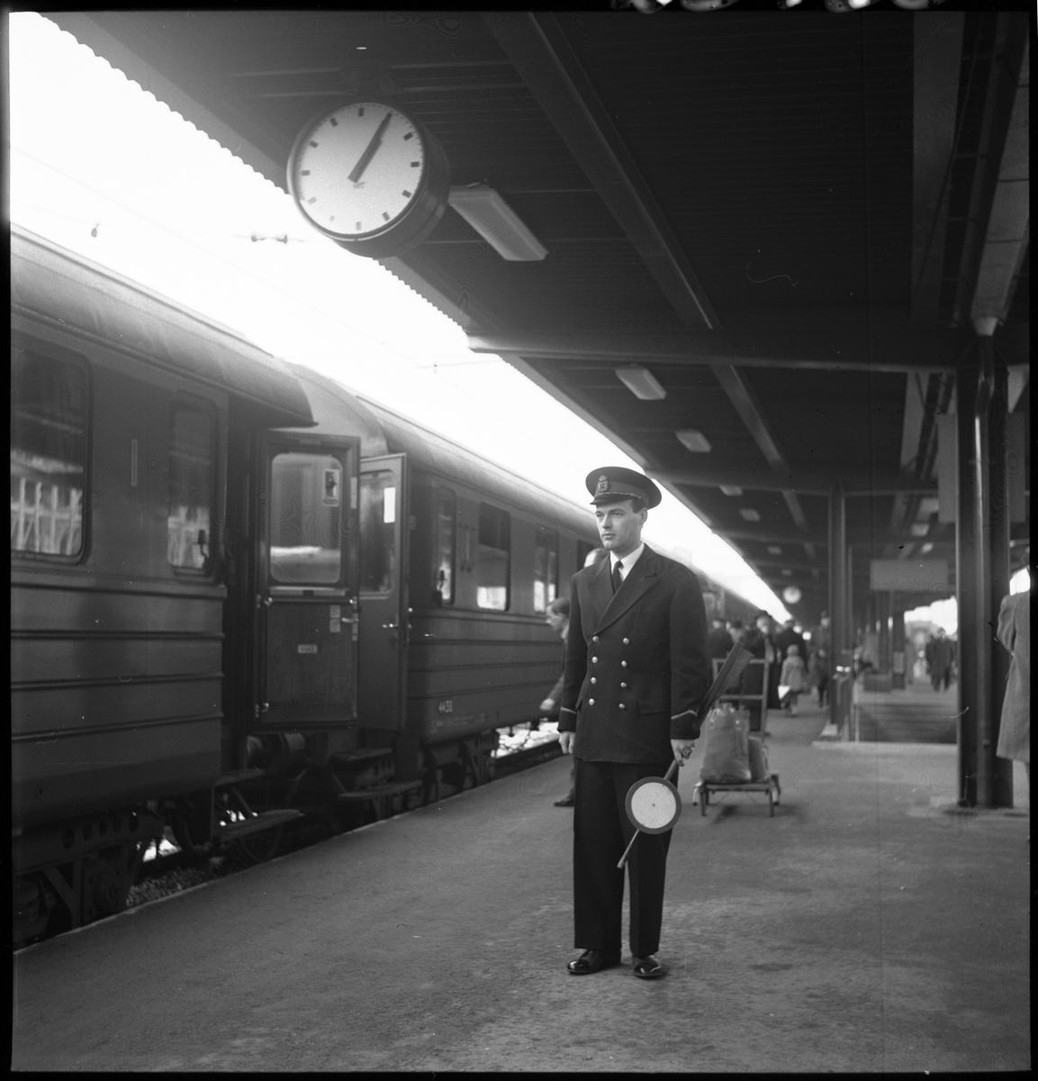 Statens Järnvägar, SJ 4438. Tågklarerare ser till att tidtabellen och tågordningen hålls och är den som bedömer vilka åtgärder som bör göras vid avvikelser i tågtrafiken. Tågklarerare har vinter uniform på sig.