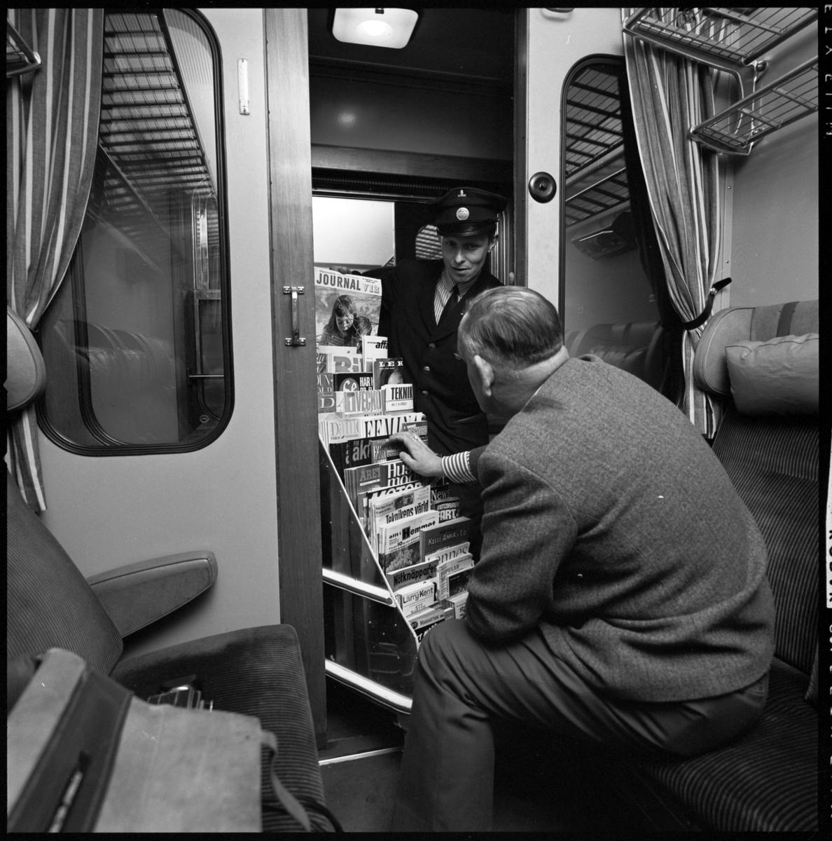 Tidningsförsäljning på tåg. Sonny Hultberg