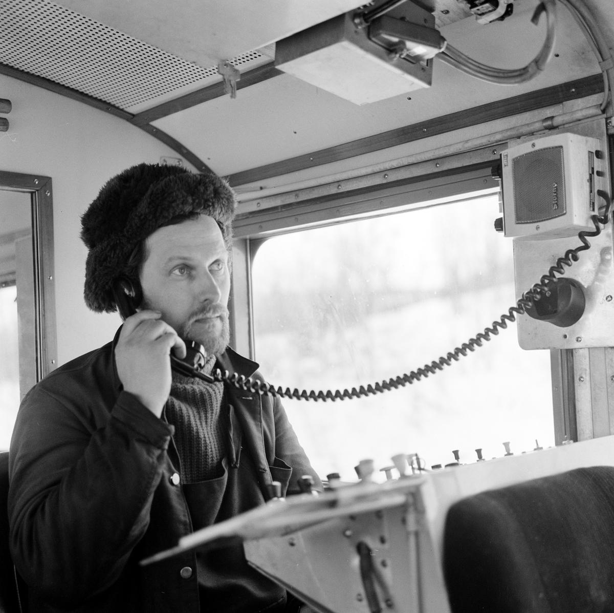 Abisko ambulansdressin, reparatör Ove Bengtsson talar i radio-telefon med fjärrblockeringen i Kiruna.