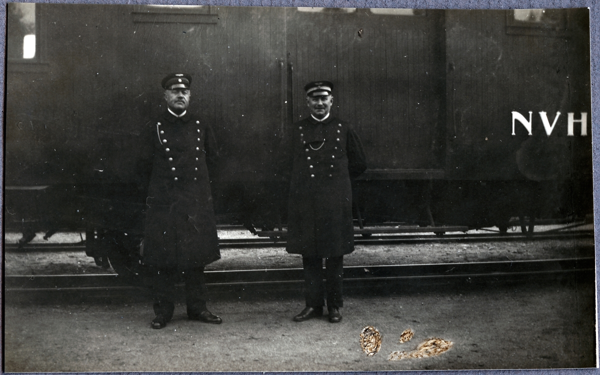 Konduktörer A. Karlzen och O. Lundquist i Västervik.
