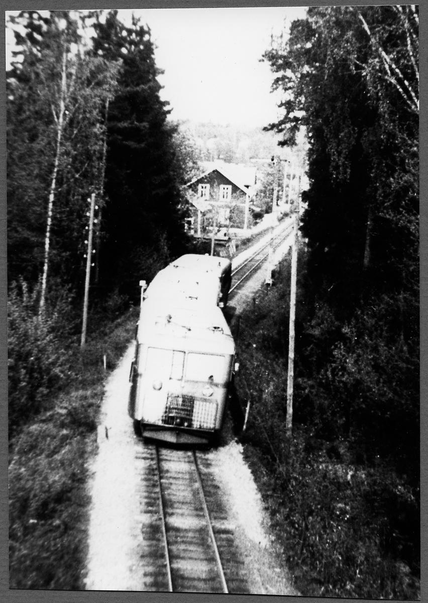 Rälsbusståg strax norr om Finspång på linjen mellan Finspång och Örebro Södra.