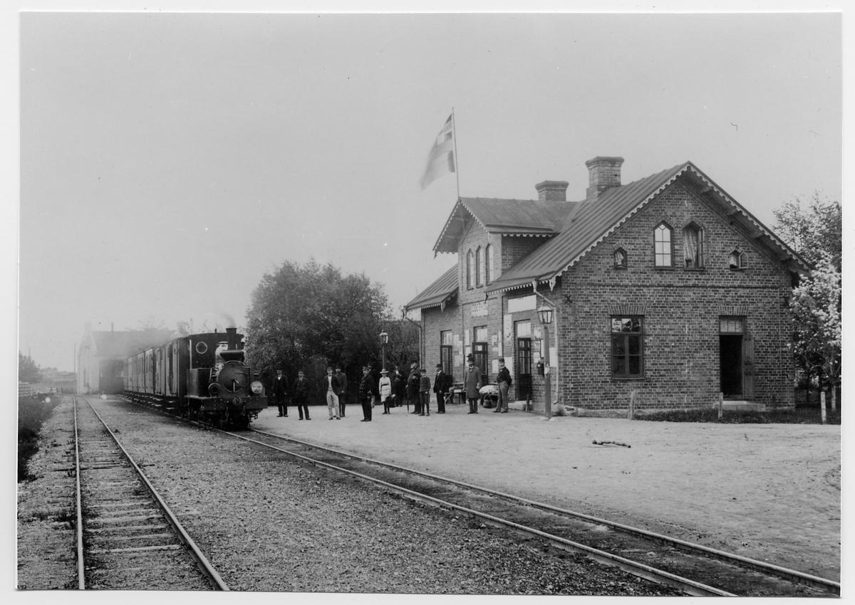 Fågelsta-Vadstena-Ödeshög järnväg, FVÖJ lok 2 med persontåg vid Ödeshög station.