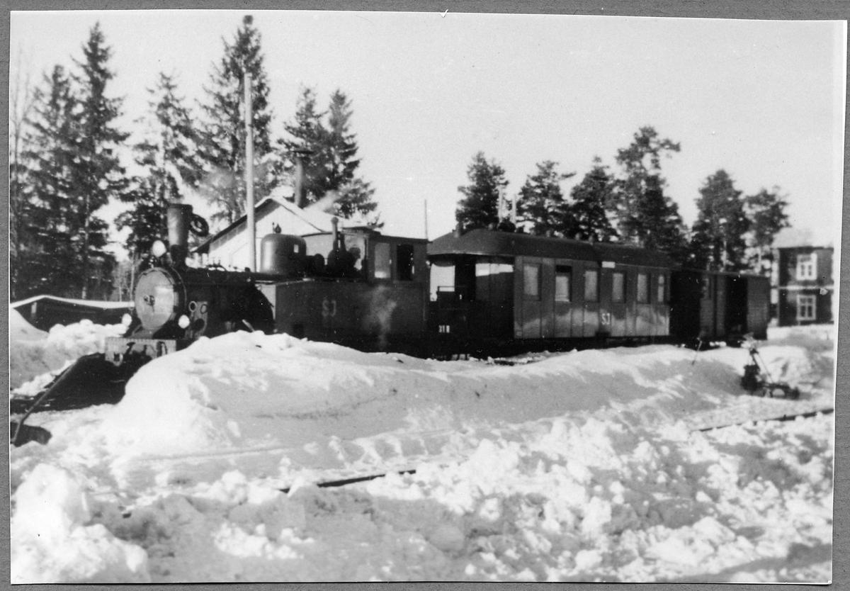 Statens Järnvägar, SJ W5p 3141, drar tåget till Vimmerby vid stationen i Spångenäs.