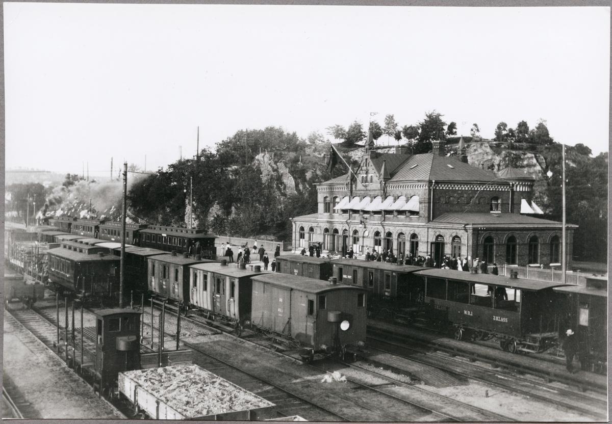 Varberg Borås Järnvägs tåg med sommarvagn vid Borås nedre station.