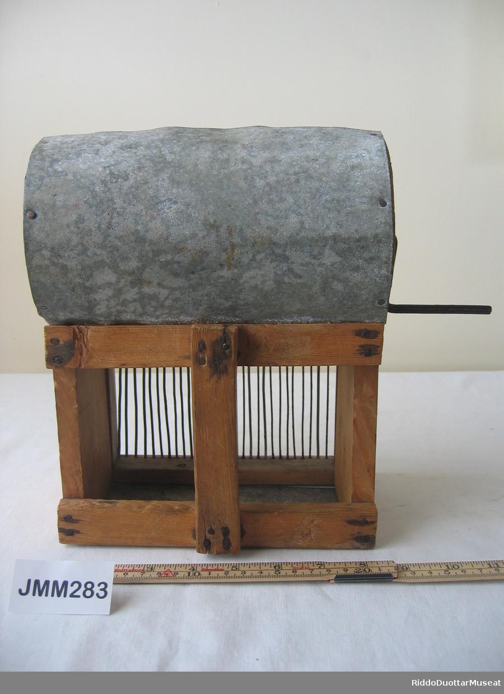 Tyttebærplukkemaskinen er en oppfinnelse av Ånet Samuelsen. fra Durenjárga. Han laget først en pappmodell, så ble den laget av tre og metall. Selv regnet han den for en prototype. Det er et håndtak på baksiden som man skal holde i, så føre plukkeren mot bæra og sveive trommelen rundt. Bæra ble ledet mot en krum sinkplate og samlet i kassen under. Det var en rist i kassen for å skille bort små bær og lyng. Oppfinningen ble prøvekjørt i bærmarka uten stor suksess. Oppfinningen knuste noen bær og  tok med mye rusk. Renskingen av bæra ble mildest talt umulig.