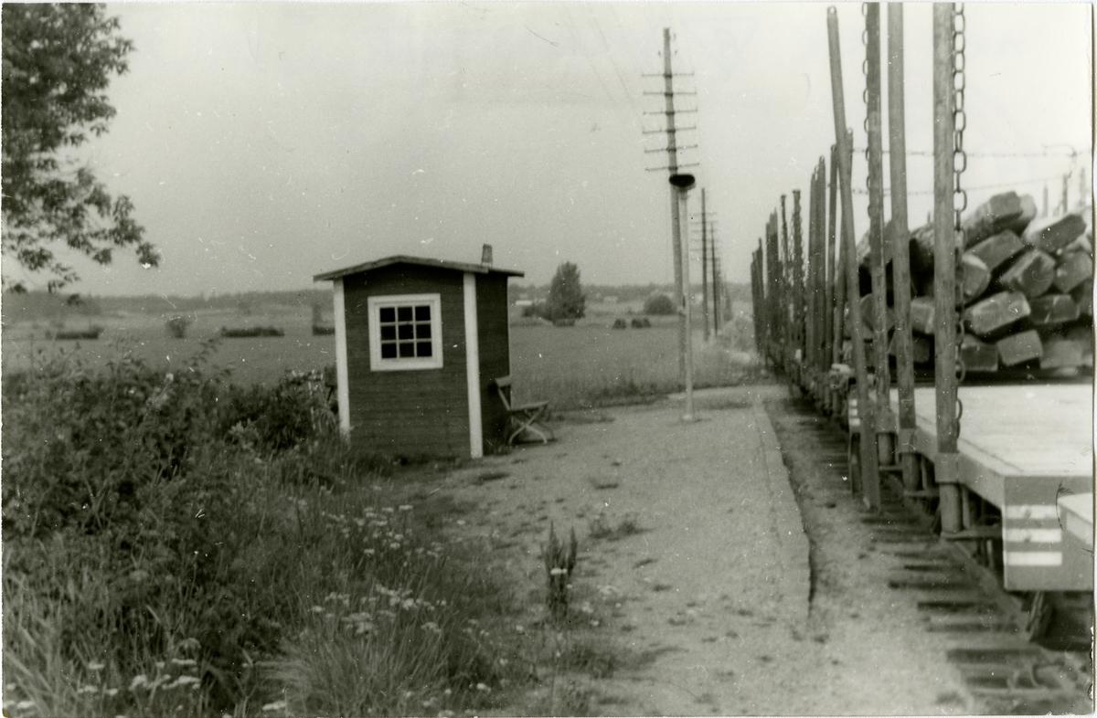 Det som var kvar av Hylinge Hållplats anlagd 1895 och moderniserades 1942. Liten envånings byggnad i trä. VB , Vikbolandsbanan
