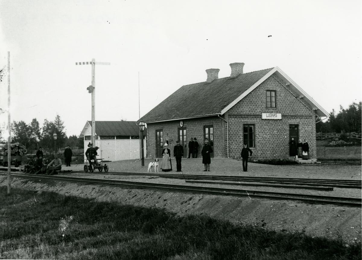 Trafikplats anlagd 1889. Envånings stationshus i tegel, moderniserat på 1930-talet