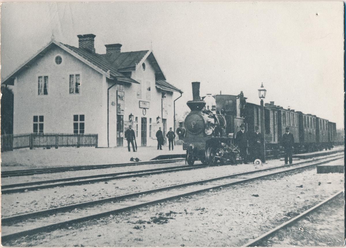 Stockholm - Rimbo Järnväg, SRJ. Första tåget på Rimbobanan vid Rimbo station 1885.