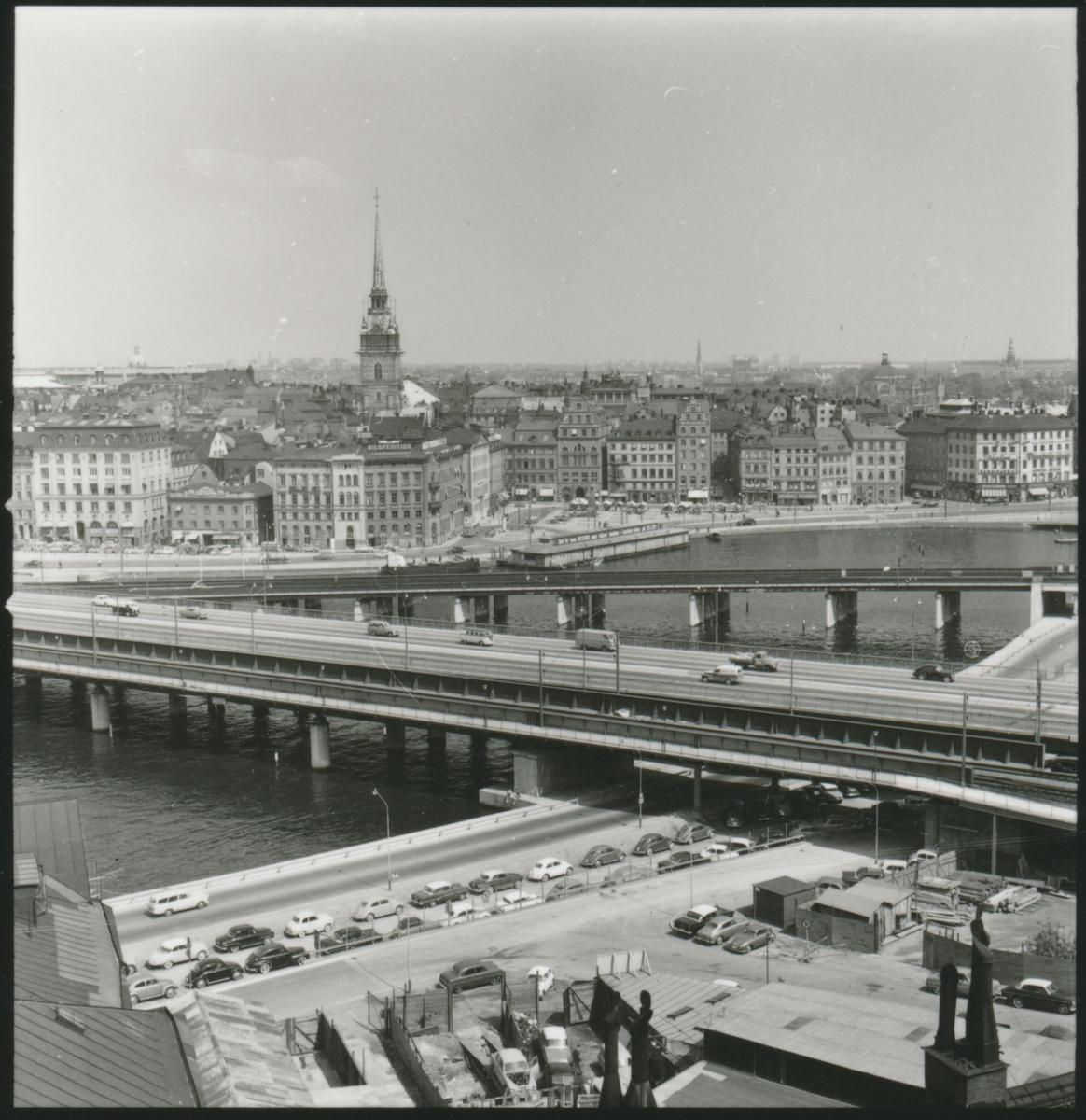 Vy över Södra Mälarstrand och del av Södra Järnvägsbron. Tyska kyrkan och Gamla stan i bakre delen av fotot.