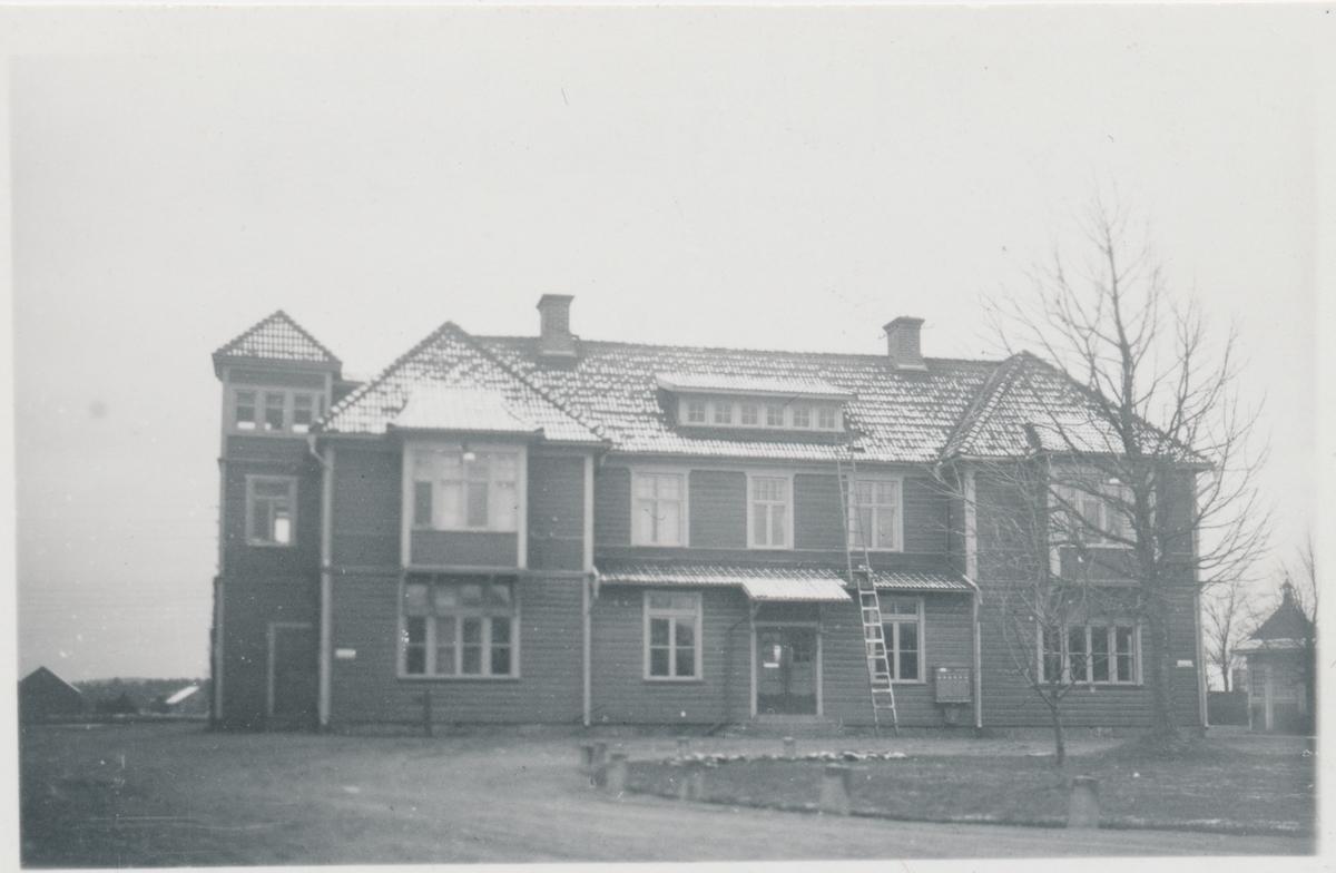 Stationen öppnad  1877 för allmän trafik. 1902  flyttades stationshuset till sin nya plats, en bit närmare staden. Stationshuset ersattes med ett nytt på 1950-talet.  Godstrafiken upphörde 2008. På fotot syns det gamla stationshuset från gatusidan.